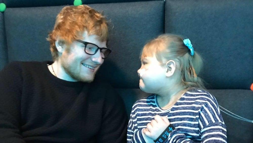 Ed Sheeran sorprende a Melody, una pequeña fan de 10 años que sufre una grave enfermedad