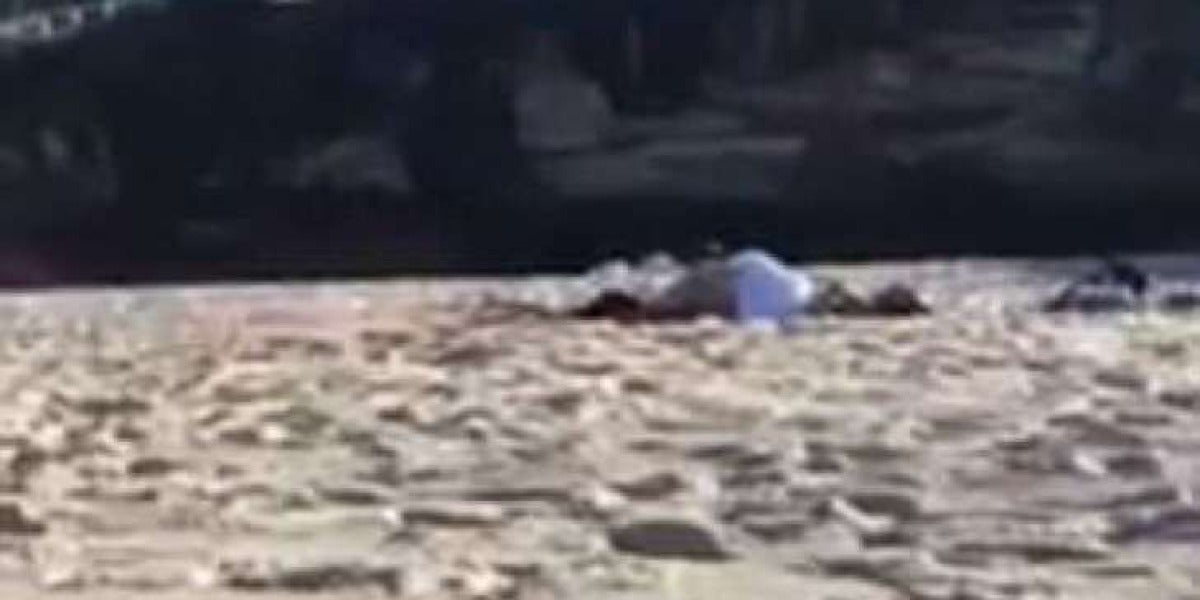 Pareja grabada teniendo sexo en la playa