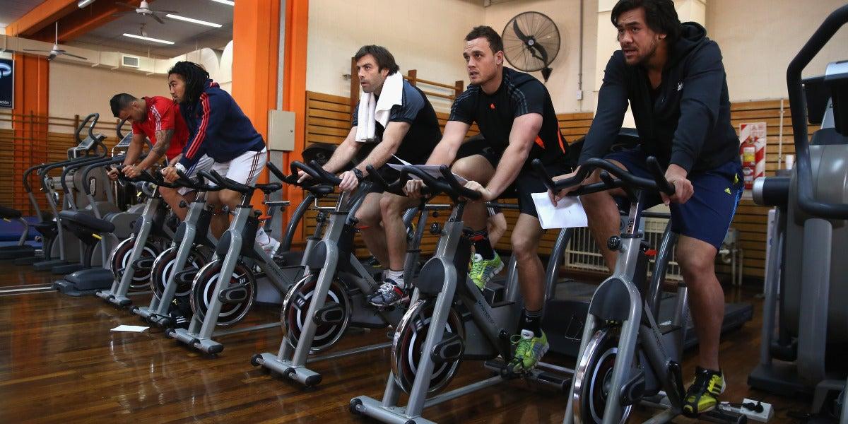 Personas usando la bicicleta estática