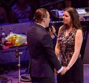 El cantante Cristian Castro sorprende a su novia pidiéndole la mano en pleno concierto