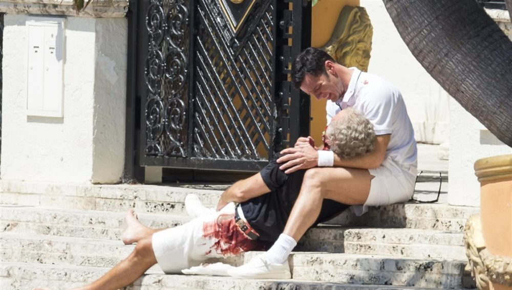 Ricky Martin interpretando a Antonio D'Amico cuando encuentra el cadáver de Versace