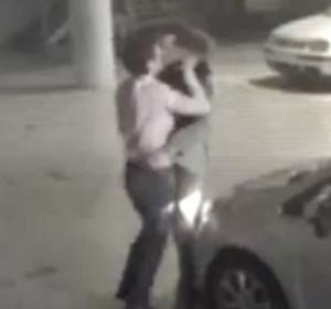 Dos hombres se pelean en un parking y acaban enrrollándose