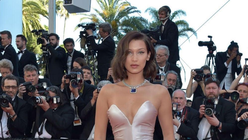 Bella Hadid en la alfombra roja del Festival de Cannes