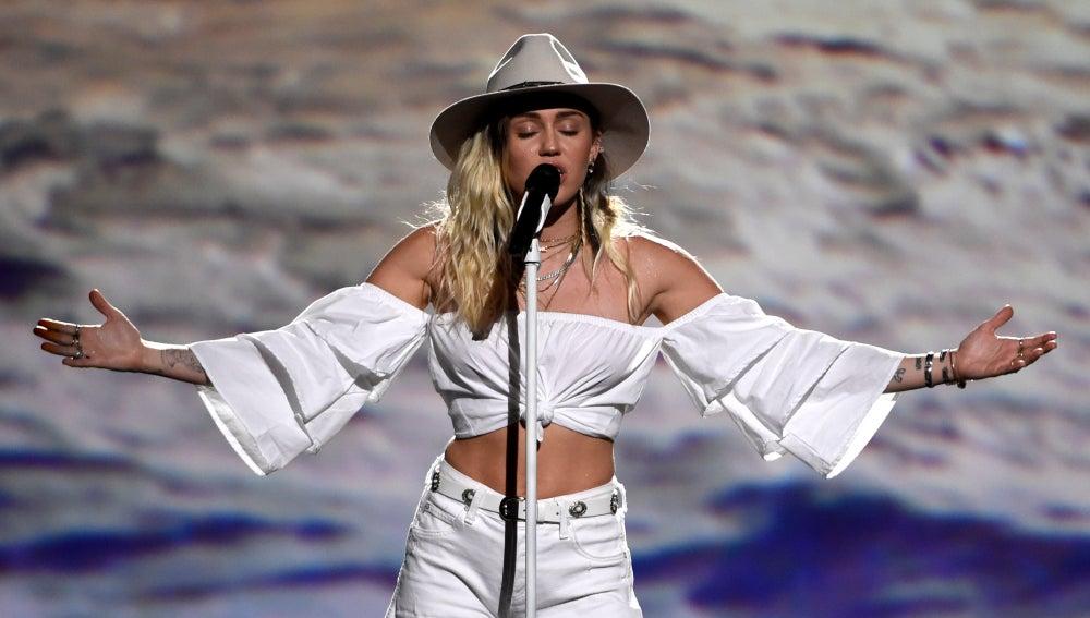 Miley Cyrus durante una actuación