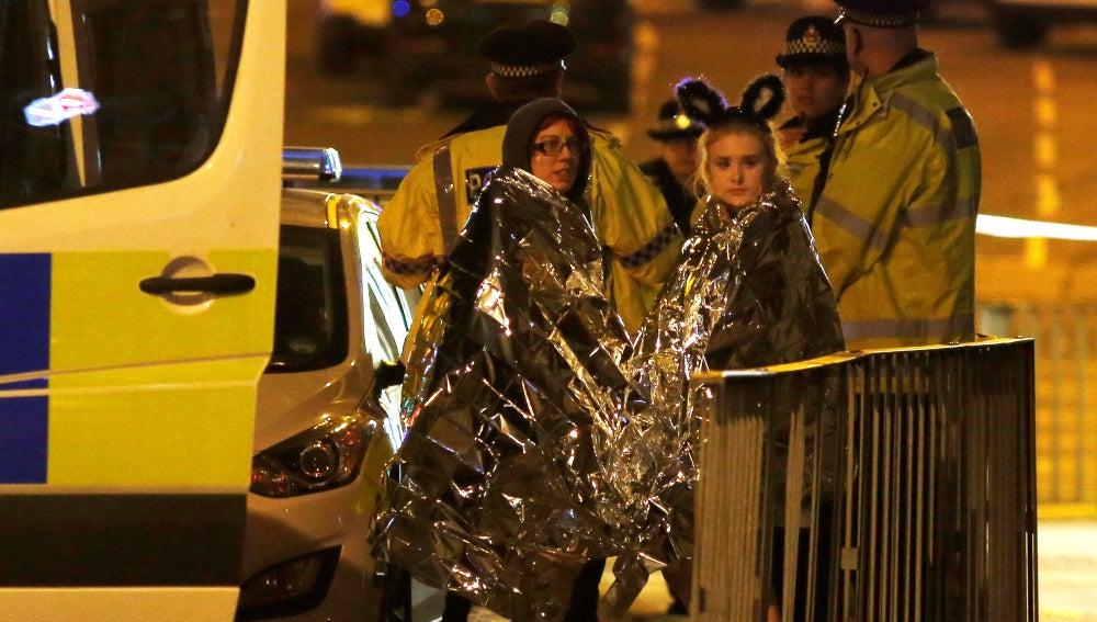 Dos mujeres son atendidas tras salir del Manchester Arena