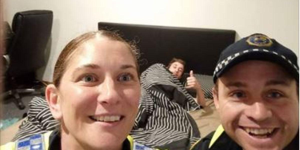 Dos policías llevan a casa y acuestan en cama a un hombre tremendamente borracho y deciden inmortalizar el momento