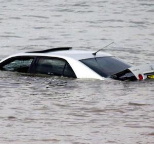 Coche bajo el agua