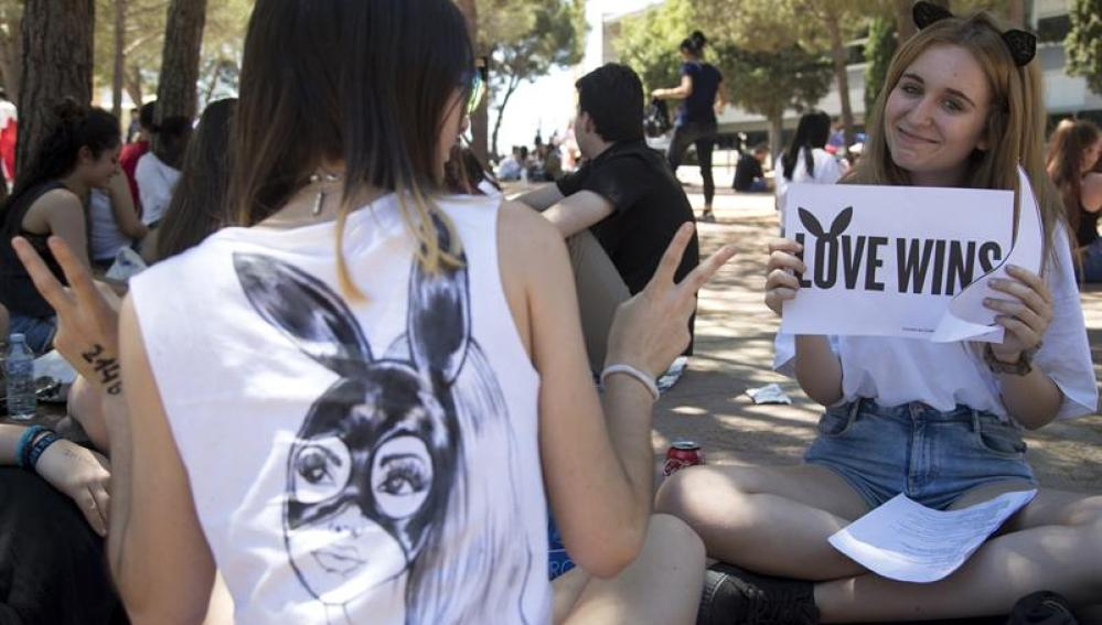 Seguidoras de Ariana Grande antes del concierto de Barcelona