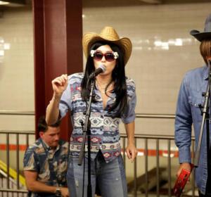 Miley Cyrus y Jimmy Fallon en el metro de Nueva York