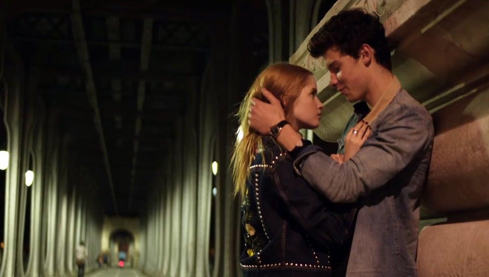 Shawn Mendes y Ellie Bomber en el vídeo de 'There's Nothing Holdin' Me Back'