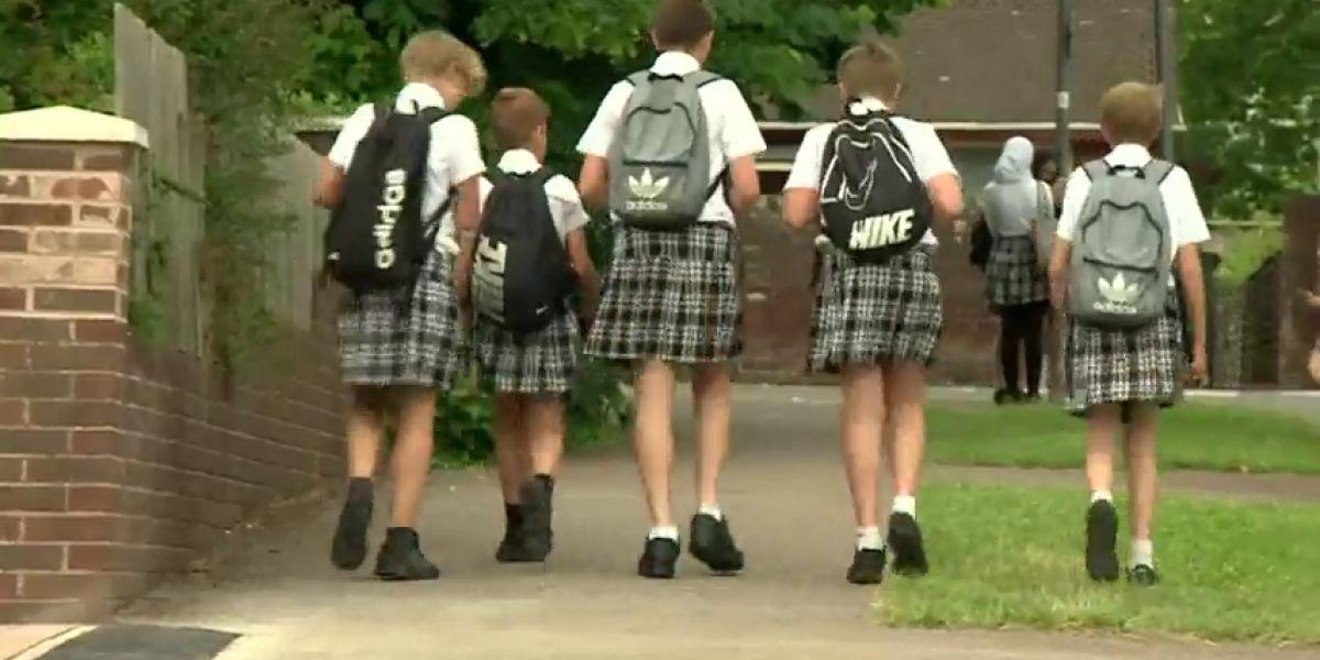 Los niños de un instituto de Reino Unido cambian el pantalón por la falda para no pasar calor
