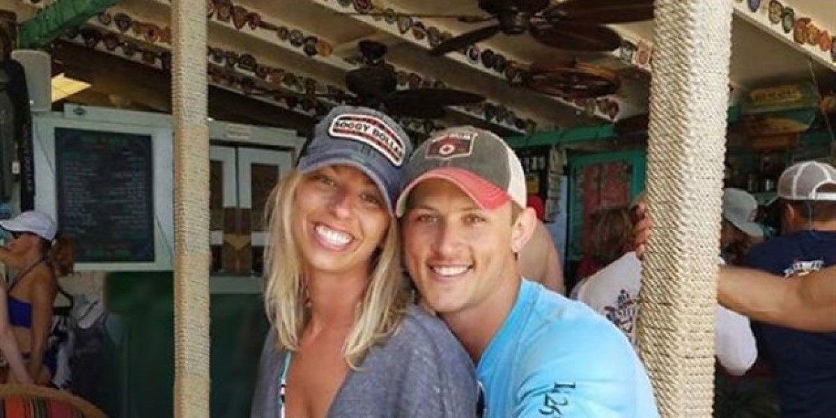 Una pareja pide que eliminen al hombre que está detrás de su foto de pedida e Internet les da una lección