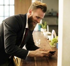 Un hombre con barba y traje