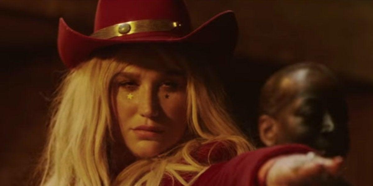 Kesha en el videoclip de 'Woman'