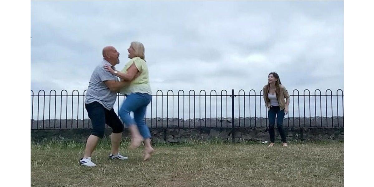 Una pareja se queda inconsciente al intentar hacer el famoso baile de Dirty Dancing