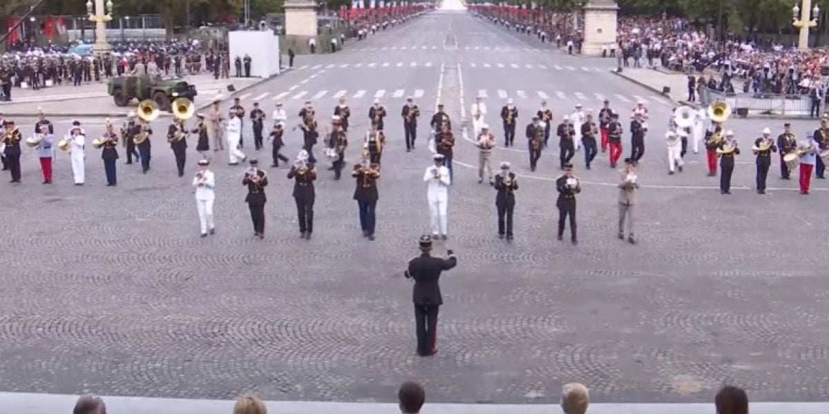 La banda de música del ejército francés toca 'Daft Punk'