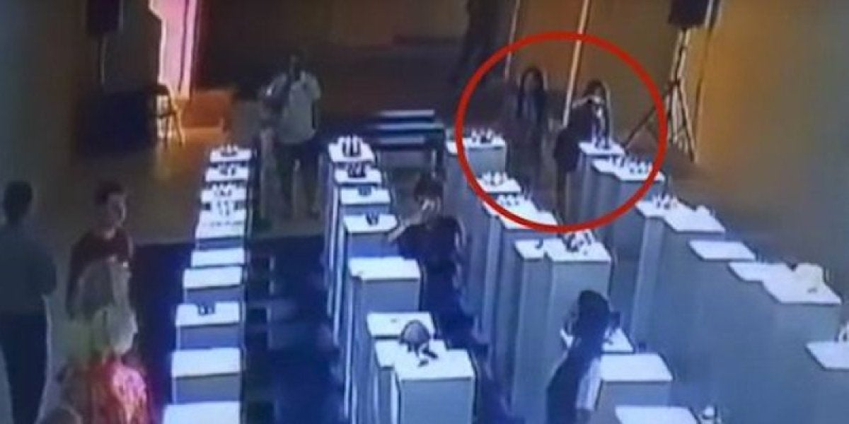 Una mujer destruye tres esculturas de 180.000 euros en una galería de arte al hacerse un selfie