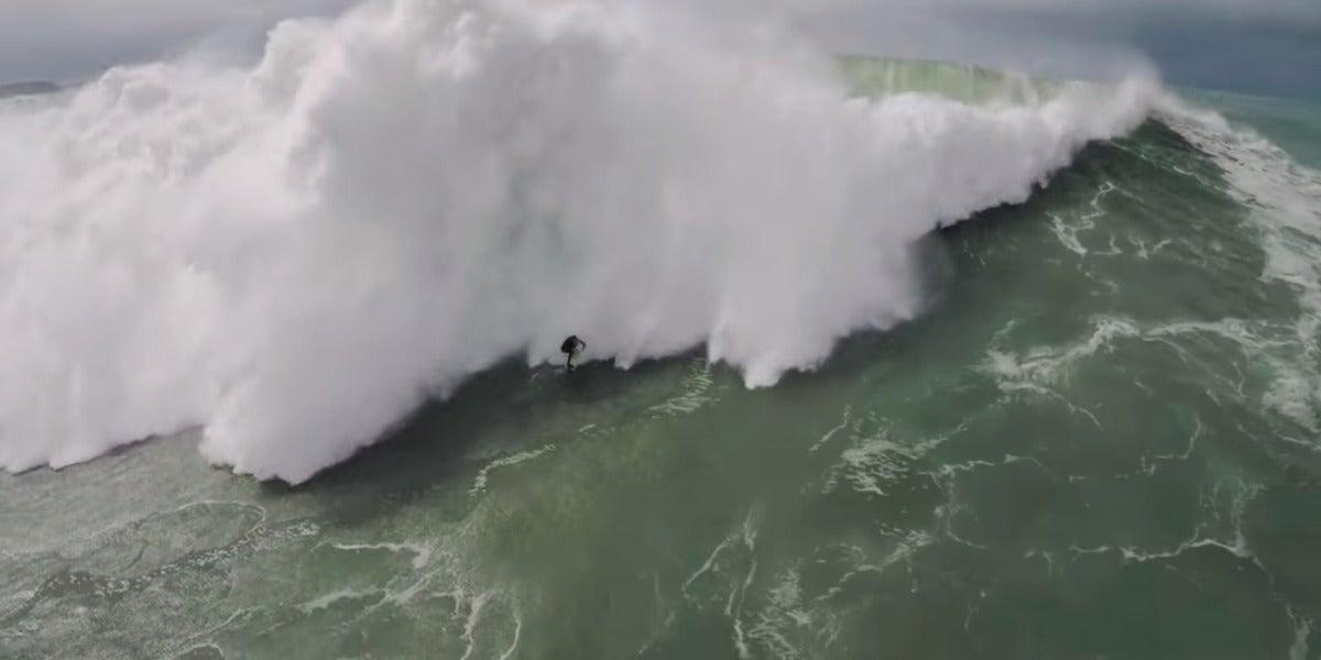 Surfista intentando escapar de una ola en Portugal