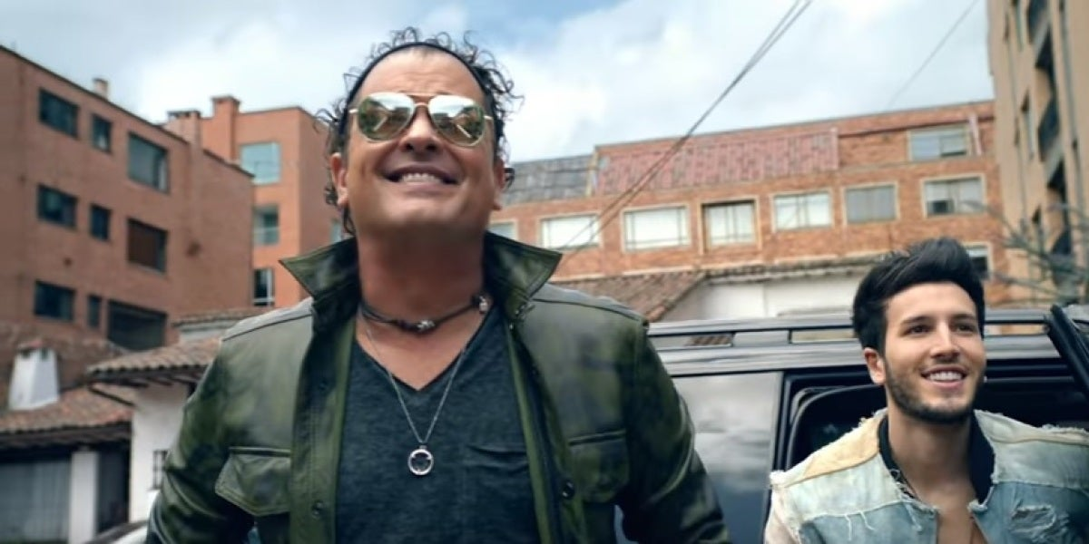 Carlos Vives y Sebastian Yatra en el videoclip de 'Robarte Un Beso'