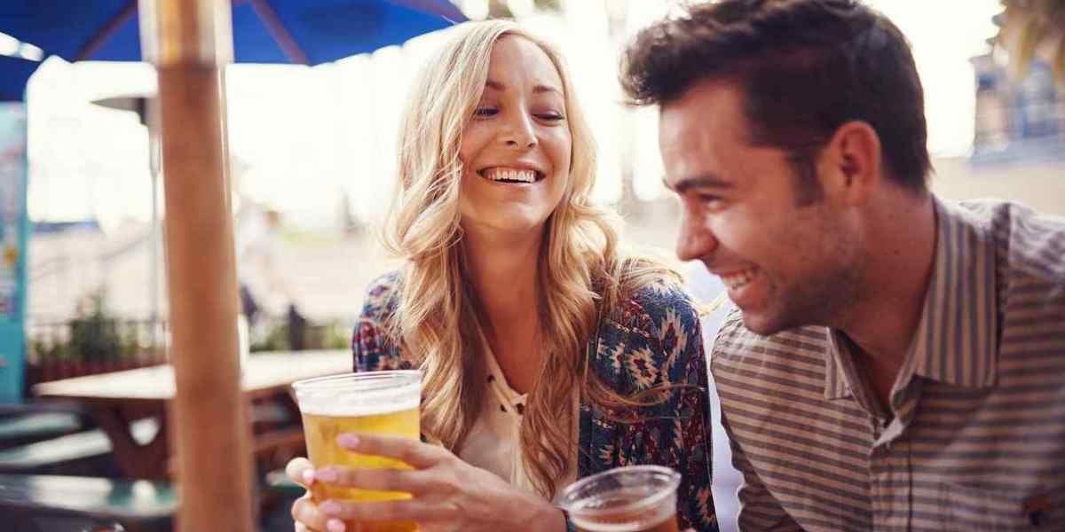 Una pareja bebe cerveza