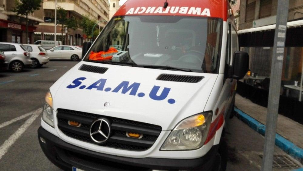 Ambulancia del Servicio de Atención Médica Urgente estacionada en Elche