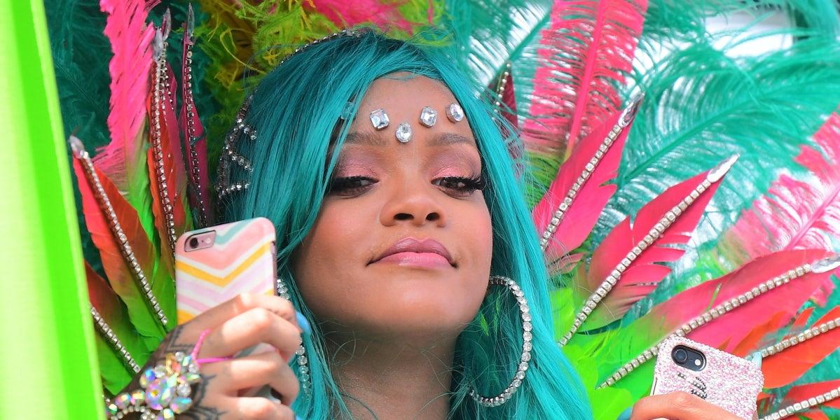 Rihanna disfruta del carnaval de Barbados con un móvil en cada mano