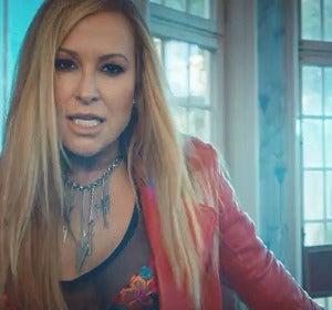 Anastacia en el videoclip de 'Caught in the Middle'
