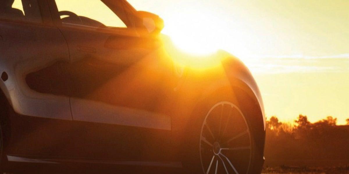 Coche aparcado al sol