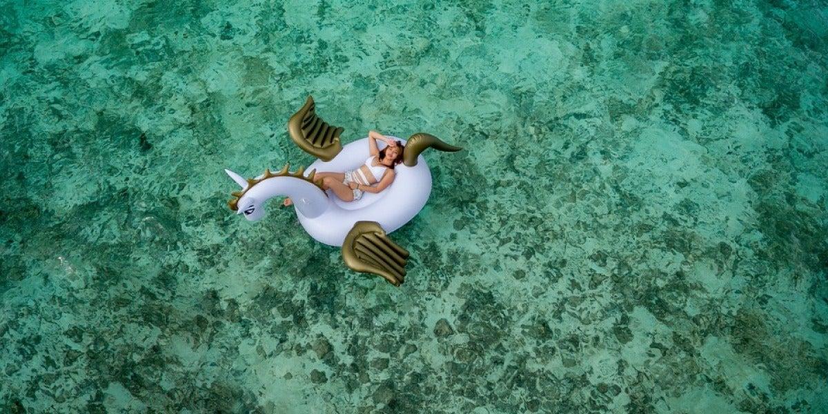 Una chica en un flotador de unicornio