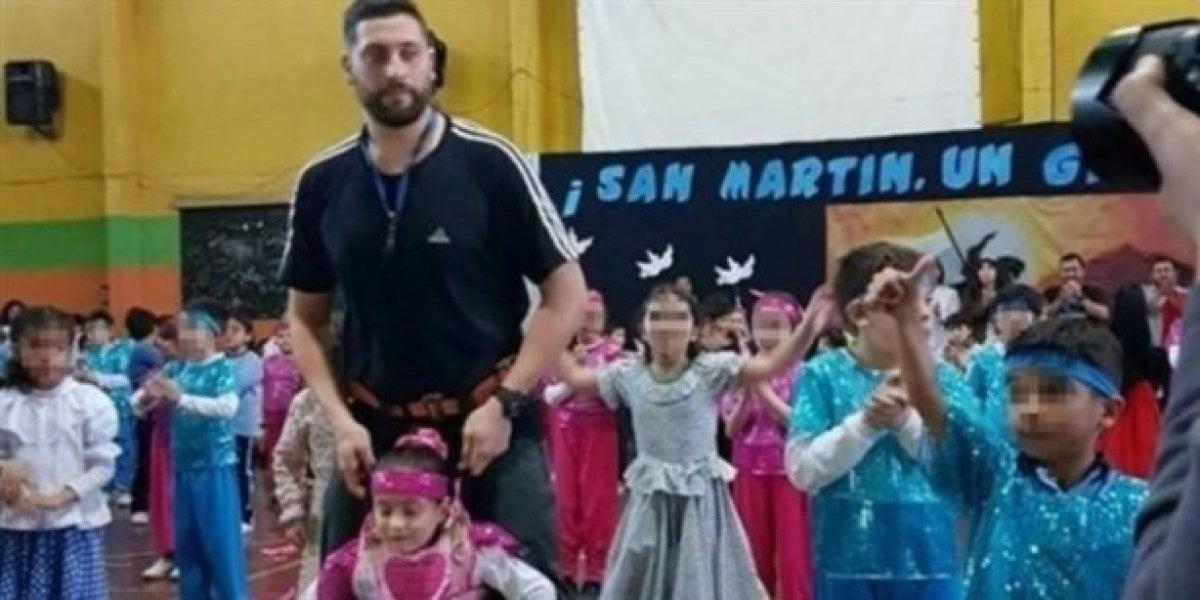 """Un profesor le """"presta"""" sus piernas a una niña discapacitada para que pueda bailar"""