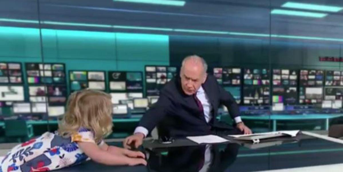 Una niña se sube a la mesa de un informativo en pleno directo