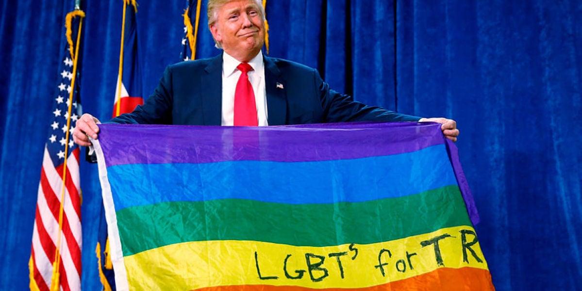 Donald Trump sosteniendo la bandera gay