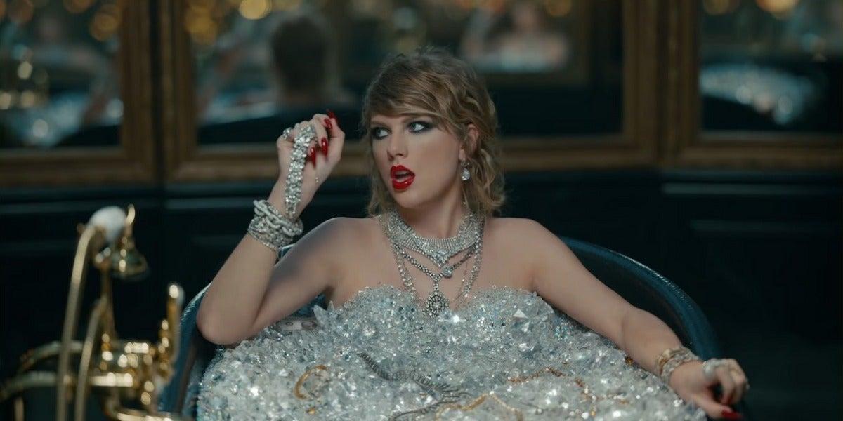 Taylor Swift en una bañera de diamantes en 'Look What You Make Me Do'
