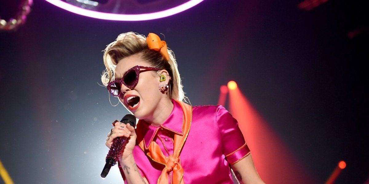 Miley Cyrus durante su actuación en los MTV VMAs 2017