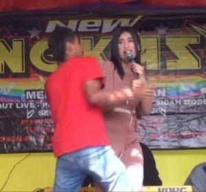 Ulfah Ozara intentando deshacerse de su acosador sobre el escenario