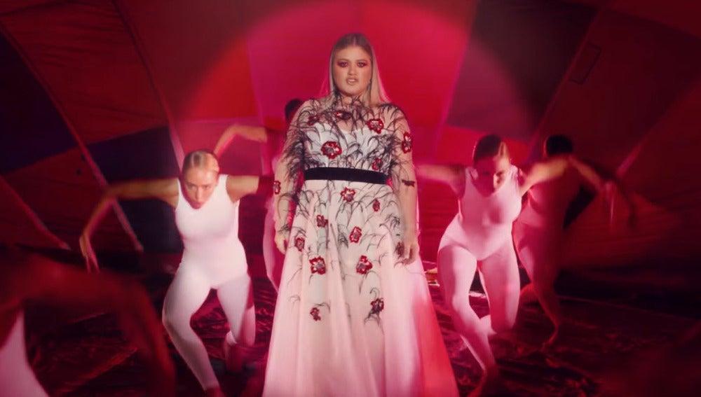 Kelly Clarkson en el videoclip de Love So Soft