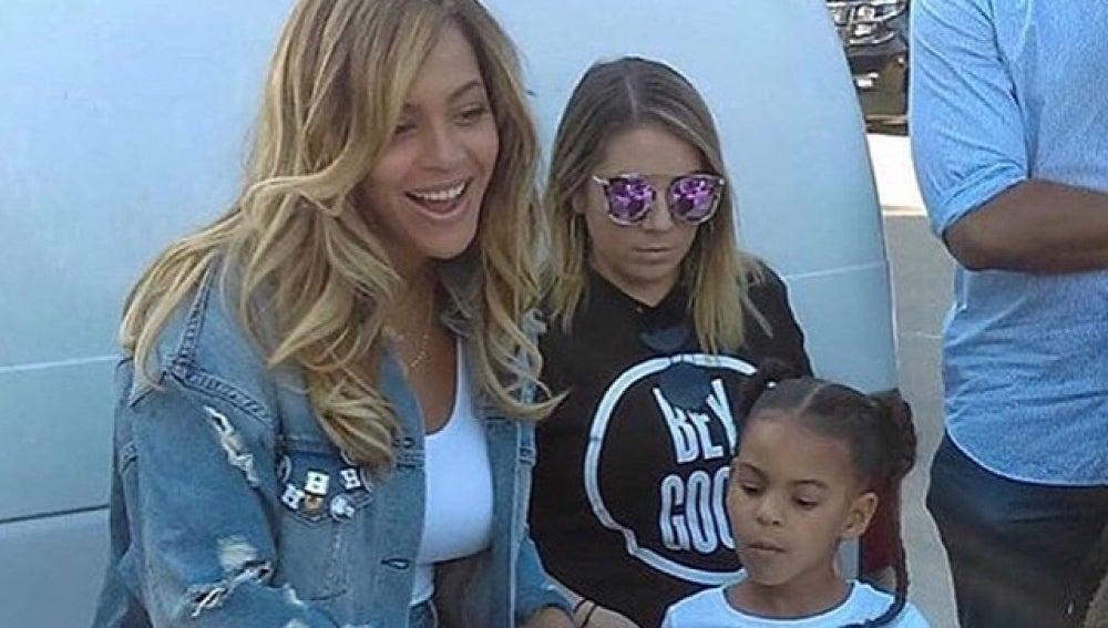 Beyoncé y su hija Blue Ivy proporcionando comida a las víctimas del huracán Harvey en Houston