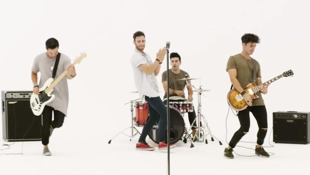 Atacados en el videoclip de 'Felicidad'