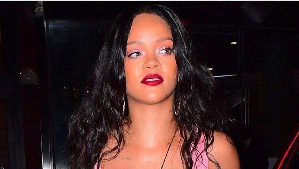 Rihanna acudiendo a un evento de Fenty Beauty