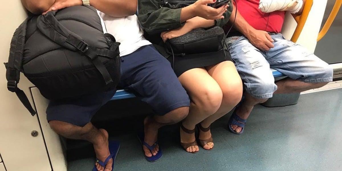 Una imagen de ejemplo de Machismo Callejero: una mujer tiene menos sitio gracias a la actitud de estos hombres