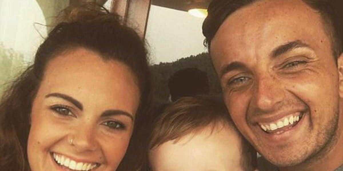 Alex Green junto a su pareja y su hijo