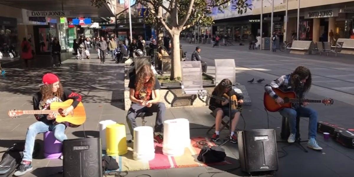 La versión de 'Nothing Else Matters' de Metallica por unos chavales en plena calle