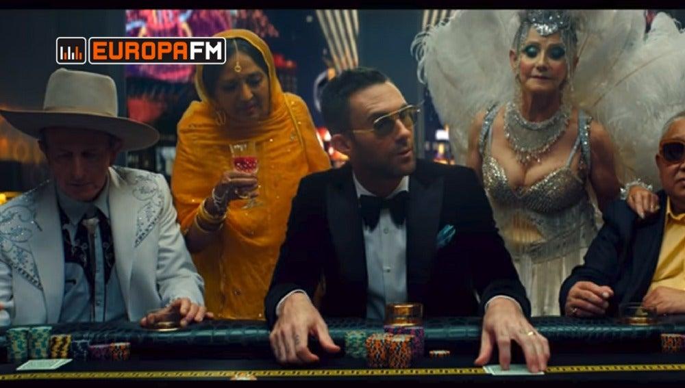 Adam Levine en el vídeo de 'What Lovers Do'