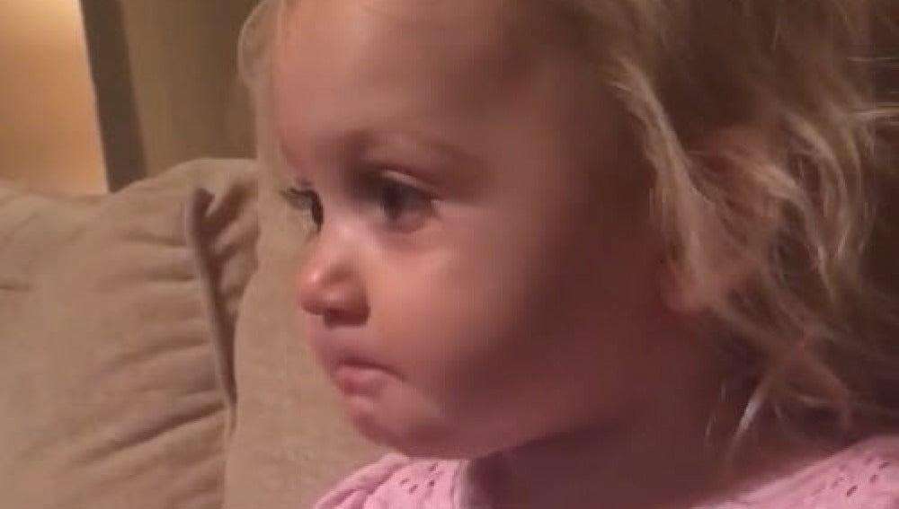 Jentree, de dos años, se emociona viendo una película de dibujos