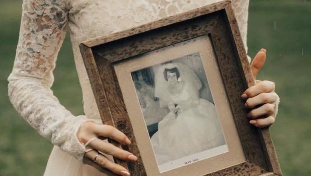 Una joven se casa con el mismo vestido que su abuela