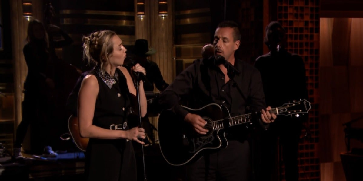 Miley Cyrus y Adam Sandler interpretan 'No Freedom'