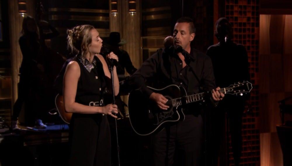 Miley Cyrus y Adam Sandler interpretan 'No Freedom'