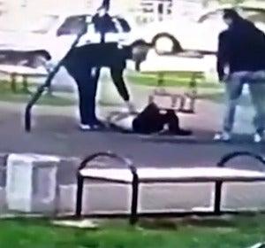 Un padre pega a los niños que le hacen bullying a su hijo