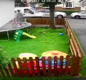 Vídeo: Trata de raptar a tres niñas en el jardín de su casa ofreciéndoles dónuts