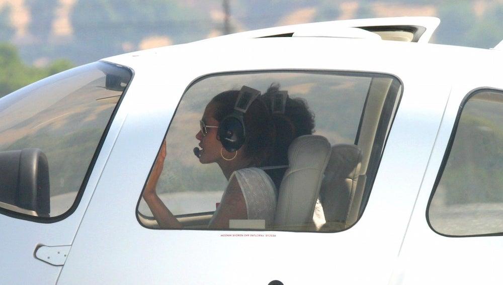 Angelina Jolie pilotando un avión